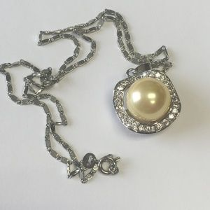 Beautiful 18K GP Necklace with faux pearl pendant